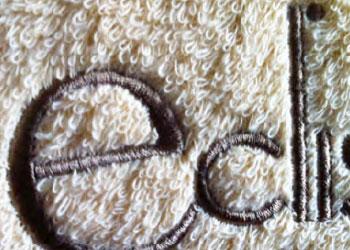 asciugamano di spugna ricamato